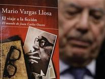 <p>Imagen de archivo del novelista Mario Vargas Llosa, detrás de uno de sus libros en su presentación en Madrid. Nov 19 2008 El autor peruano Mario Vargas Llosa, un prolífico novelista y cronista de luchas de poder, ganó el premio Nobel de Literatura 2010. REUTERS/Susana Vera/ARCHIVO</p>