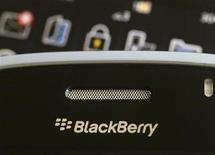 <p>Imagen de archivo de un teléfono Blackberry en una tienda en Hong Kong. Ago 12 2010 Emiratos Arabes Unidos no suspenderá los servicios de BlackBerry el 11 de octubre, como lo tenía previsto, tras resolver una disputa con el fabricante, Research in Motion, sobre el acceso al correo electrónico y otros datos, dijo el viernes la agencia estatal WAM. REUTERS/Bobby Yip/ARCHIVO</p>
