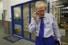 <p>74-летний Эри Хэдли разговаривает по телефону на работе в офисе Pimlico Plumbers в Лондоне 29 июля 2010 года. Британцам старше 52 лет не до смеха - ученые выяснили, что именно после этого возраста они начинают становится сварливыми, свидетельствуют результаты исследования, проведенного на Туманном Альбионе по заказу кабельного телеканала Dave. REUTERS/Suzanne Plunkett</p>