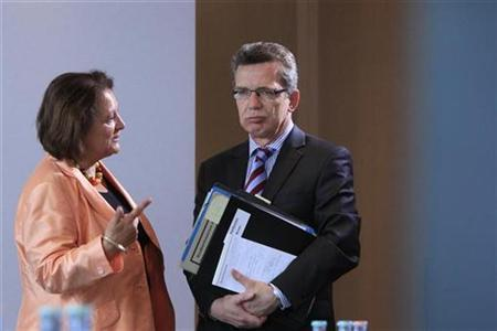 German Interior Minister Thomas de Maiziere talks with Justice Minister Sabine Leutheusser-Schnarrenberger (L) before a cabinet meeting at the Chancellery in Berlin, August 25, 2010. REUTERS/Thomas Peter