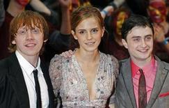 """<p>Foto de archivo. De izquierda a derecha: Rupert Grint, Emma Watson y Daniel Radcliffe a su llegada al estreno mundial de la película """"Harry Potter and the Half Blood Prince"""" en Leicester Square en Londres, jul 7 2009. Los seguidores de Harry Potter tendrán que esperar un poco más para disfrutar la magia de la saga cinematográfica en 3-D. REUTERS/Luke MacGregor</p>"""