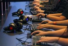 """<p>Après deux années de morosité, le secteur des jeux vidéo pourrait retrouver des couleurs en 2010 avec des ventes record attendues pour les nouveaux opus de franchises ayant déjà fait leurs preuves, comme """"Halo Reach"""" ou """"FIFA 2011"""", cependant que le jeu de rôle en ligne """"World of Warcraft"""" atteint des records en termes de nombre d'abonnés. /Photo d'archives/REUTERS/Ina Fassbender</p>"""