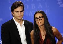 """<p>Foto de archivo del actor Ashton Kutcher y su esposa y colega, Demi Moore, durante el lanzamiento de su campaña """"Real Men"""" en Nueva York, sep 23 2010. Kutcher, que tiene más de cinco millones de seguidores en la red online Twitter, dijo el lunes que a él y su esposa, la actriz Demi Moore, les gusta """"twittear"""" incluso cuando están uno junto al otro. REUTERS/Chip East</p>"""