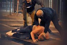 <p>Фаната сборной Сербии арестовывает итальянская полиция в Генуе 13 октября 2010 года. Сербская полиция арестовала 19 человек, подозреваемых в участии в беспорядках, из-за которых был остановлен гостевой матч сборной Сербии против команды Италии в рамках отборочного цикла чемпионата Европы 2012 года в Генуе, сообщил министр внутренних дел Ивица Дачич. REUTERS/Stringer</p>
