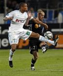 <p>Loic Remy (esq) do Olympique Marseille desafia Jonathan Brison do Nancy. 16/10/2010 REUTERS/Jean-Paul Pelissier</p>