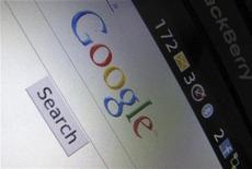 """<p>Imagen de archivo de la página de Google desplegada en un celular Blackberry en California. Abr 13 2010 La Asociación Española de Protección de Datos (AEPD) dijo el lunes que detectó la existencia de indicios de infracciones graves y muy graves por parte de la división española de Google en la implementación de su servicio de mapas """"Street View"""" en España. REUTERS/Mike Blake/ARCHIVO</p>"""