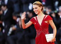 """<p>Natalie Portman waves during the """"Black Swan"""" red carpet at the 67th Venice Film Festival, September 1, 2010. REUTERS/Tony Gentile</p>"""