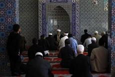 <p>Muslims attend Friday prayers at the 'Centrum Moschee Hamburg' (Central Mosque) in the northern German town of Hamburg October 8, 2010. REUTERS/Christian Charisius</p>
