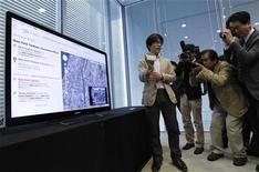 <p>Un empleado de Sony realizando una demostración del servicio de Google TV en una oficina en Tokio. Oct 21 2010 Google está negociando activamente con tres cadenas de televisión que han bloqueado el acceso a sus páginas web en Google TV, informó una fuente cercana al asunto. REUTERS/Kim Kyung-Hoon</p>