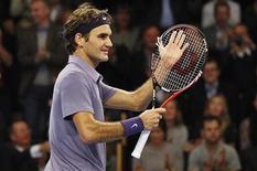 <p>Roger Federer cumprimenta o público após derrotar Taylor Dent no Aberto de Estocolmo. 21/10/2010 REUTERS/Bob Strong</p>