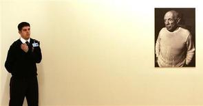 <p>Охранник стоит рядом с портретом Пабло Пикассо в Музее Сабанчи в Стамбуле 22 ноября 2005 года. 25 октября 1881 года родился испанский художник и скульптор Пабло Пикассо. REUTERS/Fatih Saribas</p>