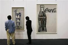 """<p>Foto de archivo de las obras """"Coca-Cola"""" (derecha en la imagen) de Andy Warhol y """"Ice Cream Soda"""" de Roy Lichtenstein, durante la venta del otoño de Sotheby's en Hong Kong, oct 4 2010. A menos de dos años de una fuerte caída, el mercado del arte vuelve a tomar impulso alentado por precios récord en subastas recientes y la llegada de decididos coleccionistas con mucho dinero. REUTERS/Bobby Yip</p>"""
