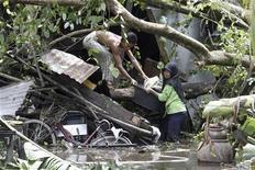 <p>Люди спасают имущество из разрушенных ливнями домов в южной провинции Паттани 2 ноября 2010 года. Ливневые дожди обрушились на основные районы по выращиванию каучука в Таиланде во вторник, оказался затоплен также главный транспортный узел на юге страны Хат Яй, 12.000 человек эвакуированы из граничащих с Таиландом территорий Малайзии. REUTERS/Surapan Boonthanom</p>