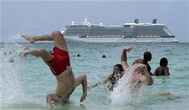 <p>Cruise ship passengers enjoy Seven Mile Beach during a half day stop in port in George Town, Cayman Islands, April 27, 2010. REUTERS/Gary Hershorn</p>