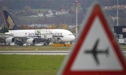 <p>Un avión Airbus A380 en un aeropuerto en Kloten. Nov 5 2010 El fabricante de aviones Airbus está pidiendo a las aerolíneas que operan sus superjumbos A380 que inspeccionen los motores Rolls Royce tras la falla de un motor en una nave de Qantas Airways de ese modelo. REUTERS/Christian Hartmann</p>