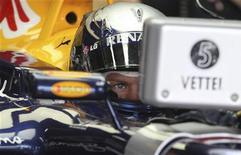 <p>Piloto da Red Bull Sebastian Vettel confere seu automóvel antes da sessão de treino livro no GP do Brasil em Interlagos. O alemão ficou em primeiro lugar com o tempo de 1 minuto e 12,328 segundos. 05/11/2010 REUTERS/Bruno Domingos</p>