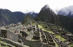 <p>Foto de archivo de las ruinas de Machu Picchu en Perú, abr 1 2010. Miles de personas marchaban el viernes en Perú, encabezados por el presidente Alan García, en otra forma de presión para exigir a la Universidad de Yale en Estados Unidos que devuelva a la ciudadela inca de Machu Picchu piezas extraídas hace casi un siglo. REUTERS/Mariana Bazo</p>