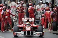 <p>Felipe Massa deixa os boxes durante treino classificatório para o Grande Prêmio do Brasil, neste sábado. Após fazer a 9a colocação no treino, Massa disse que os pneus de sua Ferrari não atingiram a temperatura ideal, o que dificultou sua ação em Interlagos.</p>