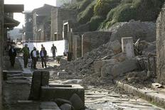 <p>People stand near debris after a house, once used by gladiators to train before combat, collapsed in Pompeii November 6, 2010. REUTERS/Ciro De Luca</p>