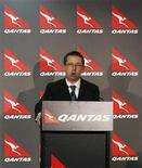 <p>El presidente ejecutivo de Qantas, Alan Joyce, durante una conferencia en la oficina de Sidney. Nov 8 2010 La aerolínea australiana Qantas dejó en tierra su flota de aviones A380 al menos otros tres días mientras investiga las fugas de combustible como posible causa de la explosión que dañó uno de los motores del superjumbo la semana pasada. REUTERS/Daniel Munoz</p>