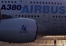 <p>Un avión Airbus A380 de pasajeros durante una muestra en el aeropuerto Sharm El Sheikh en Egipto. Nov 7 2010 El fabricante europeo de aviones Airbus dijo el lunes que vendió 42 aeronaves en octubre, con lo que elevó los pedidos del año a más de 400, aunque la firma sigue por debajo de los volúmenes de ventas de Boeing. REUTERS/Goran Tomasevic</p>