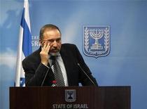 """<p>El ministro de Relaciones Exteriores de Israel, Avigdor Lieberman, durante una conferencia en Jerusalén. Nov 7 2010 El ministro de Relaciones Exteriores de Israel, un político ultra nacionalista, acusó el lunes a artistas de izquierda de ejercer """"terrorismo cultural"""" por intentar boicotear un teatro situado en un asentamiento judío de la ocupada Cisjordania. REUTERS/Baz Ratner</p>"""