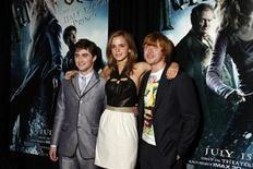 """<p>Foto de archivo. De izquierda a derecha: los actores Daniel Radcliffe, Emma Watson y Rupert Grint a su llegada al estreno del filme """"Harry Potter y el Príncipe Mestizo"""" en Nueva York, jul 9 2009. Los tres actores principales de la franquicia cinematográfica """"Harry Potter"""" comenzaron como escolares británicos desconocidos, y nueve años después son jóvenes ricos y famosos con el resto de sus carreras por delante. REUTERS/Jamie Fine</p>"""