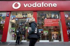 <p>Le britannique Vodafone, numéro un mondial de la téléphonie mobile, relève sa prévision de résultat annuel et annonce la vente de ses intérêts dans le japonais Softbank pour 3,1 milliards de livres (3,6 milliards d'euros). /Photo d'archives/REUTERS/Kevin Coombs</p>
