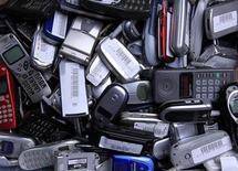 <p>Imagen de archivo de cientos de teléfonos celulares en San Diego. Abr 20 2010 Los líderes establecidos del próspero mercado de los teléfonos móviles están perdiendo rápidamente presencia ante fabricantes asiáticos sin marca, dijo el miércoles la firma de investigación Gartner. REUTERS/Mike Blake/ARCHIVO</p>