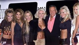 """<p>Foto de archivo del fundador de la revista Playboy, Hugh Hefner, rodeado de modelos durante el lanzamiento de la revista """"Tongue"""" en Hollywood, jun 11 2002. l fundador de Playboy, Hugh Hefner, ha sido llamado de muchos modos en los últimos años, pero un Willy Wonka moderno puede no ser uno de los nombres. Eso está por cambiar. REUTERS/Robert Galbraith</p>"""