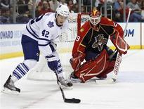 """<p>Тайлер Бозак из """"Торонто"""" (слева) пытается забить шайбу в ворота """"Флориды"""", Санрайз 10 ноября 2010 года. """"Торонто"""" уступил в четверг """"Флориде"""" и продлил свою серию поражений в Национальной хоккейной лиге до семи матчей. REUTERS/Hans Deryk</p>"""