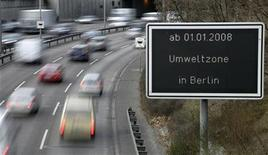 <p>Cars drive along a city highway past a sign indicating when the new pollution class for cars is valid, in Berlin November 27, 2007. REUTERS/Fabrizio Bensch</p>