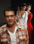 <p>El actor español Antonio Banderas, durante la presentación de su exposición de fotos en Madrid. Nov 11 2010 El actor español Antonio Banderas presentó el jueves en Madrid una muestra fotográfica, su otra pasión fuera del cine, en la que expone 23 instantáneas con las que juega a desmontar mitos femeninos. REUTERS/Andrea Comas</p>