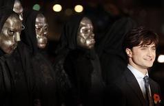"""<p>El actor Daniel Radcliffe durante el estreno de """"Harry Potter y las Reliquias de la Muerte"""" en Londres, nov 11 2010. Franquicias de gran presupuesto, clásicos al estilo de Hollywood y parejas de grandes estrellas marcan la próxima temporada de estrenos cinematográficos de fin de año y donde se espera que """"Harry Potter y las Reliquias de la Muerte"""" haga nuevamente magia. REUTERS/Stefan Wermuth</p>"""