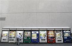 """<p>Мужчина пользуется торговым автоматом в Токио 3 декабря 2008 года. Новый японский торговый автомат по продаже напитков использует технологию распознавания лиц и """"рекомендует"""" тот или иной напиток в зависимости от возраста и пола покупателя. REUTERS/Kim Kyung-Hoon</p>"""
