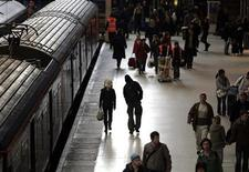 <p>Commuters walk to get a train at Kings Cross station in central London January 2, 2006. REUTERS/Paul Hackett</p>
