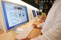 <p>Imagen de archivo de un cliente viendo la página de iTunes en Tokio. Ago 25 2006 Apple tiene previsto hacer un anuncio el martes sobre su iTunes Store, la principal tienda de música digital de Estados Unidos. REUTERS/Kiyoshi Ota/Files</p>
