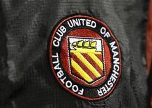 """<p>Эмблема """"Манчестер Юнайтед"""" на тренировке команды в Манчестере 1 ноября 2010 года. Владельцы английского """"Манчестер Юнайтед"""" решили оплатить огромные долги клуба, сообщил источник, знакомый с ситуацией. REUTERS/Phil Noble</p>"""