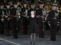 """<p>Французская певица Мирей Матье выступает с военным оркестром на Международном военном музыкальном фестивале """"Спасская башня"""" на Красной площади в Москве 8 сентября 2010 года. Ниже представлены некоторые культурные события, которые произойдут в Москве сегодня, 18 ноября. REUTERS/Andrey Rudakov</p>"""