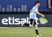 <p>Игрок сборной Аргентины Лионель Месси радуется голу, забитому в ворота сборной Бразилии, в ходе товарищеского матча в Дохе 17 ноября 2010 года. Невероятный сольный проход Лионеля Месси принес победу сборной Аргентины над командой Бразилии уже в добавленное к матчу время, Португалия забила четыре безответных гола в ворота действующих чемпионов мира испанцев, а возрождающаяся сборная Франции переиграла Англию. REUTERS/Fadi Al-Assaad</p>