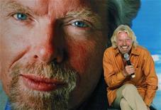 <p>Le milliardaire britannique Richard Branson officiera comme 'hôtesse de l'air' sur un vol de la compagnie malaisienne AirAsia X en février, résultat d'un pari perdu avec le président d'AirAsia Tony Fernandes. /Photo prise le 27 septembre 2010/REUTERS/Beawiharta</p>
