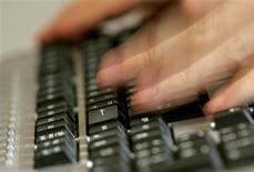 """<p>Plus d'un Français sur deux fait ses courses sur internet, un phénomène en constante augmentation, selon une étude Médiamétrie pour la Fédération e-commerce et vente à distance (Fevad), qui fait état de 27 millions de """"cyberacheteurs"""", un nombre en hausse de 18% par rapport à l'année dernière. /Photo d'archives/REUTERS/Régis Duvignau</p>"""