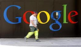 <p>La firme américaine Google, numéro un des moteurs de recherche sur internet, va recruter plus de 2.000 personnes dans le monde pour accompagner son développement et défendre ses parts de marché. /Photo prise le 25 mai 2010/REUTERS/Arnd Wiegmann</p>