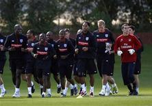 """<p>Игроки """"Арсенала"""" на тренировке в Лондон-Колни 31 августа 2010 года. """"Арсенал"""" может возглавить таблицу в английской Премьер-лиге как минимум на несколько часов, если обыграет """"Тоттенхэм"""" в лондонском дерби в 14-м туре. REUTERS/Eddie Keogh</p>"""