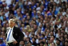 """<p>Тренер """"Челси"""" Карло Анчелотти следит за игрой против """"Манчестер Юнайтед"""", 9 августа 2009 года. Лондонский """"Челси"""" впервые с 2006 года потерпел в чемпионате Англии второе поражение кряду, в субботу в гостях уступив """"Бирмингему"""" со счетом 0-1 и позволив """"Манчестер Юнайтед"""" догнать себя по очкам. REUTERS/Dylan Martinez</p>"""