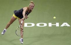 <p>Каролин Возняцки совершает подачу во время матча против Веры Звонаревой на турнире в Дохе 30 октября 2010 года. Двадцатка рейтинга WTA осталась неизменной, а перемещения в топ-100 сильнейших теннисисток были минимальными, свидетельствует последняя версия документа, опубликованная в понедельник. REUTERS/Fadi Al-Assaad</p>