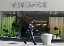 <p>Imagen de archivo de una tienda de Versace en Pekín. Mar 17 2010 Una pintura robada de una casa en Londres en 1979 y que terminó en la colección del fallecido diseñador de moda italiano Gianni Versace fue devuelta a sus dueños originales, dijo el lunes el Registro de Obras Perdidas de Gran Bretaña. REUTERS/Jason Lee/ARCHIVO</p>