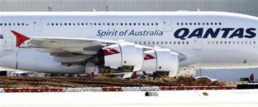 <p>Airbus A380 компании Qantas стоит на взлетно-посадочной полосе в аэропорту Лос-Анджелеса 8 ноября 2010 года. Авиакомпания Qantas возобновит на этой неделе полеты лайнеров A380 от Airbus. REUTERS/Mario Anzuoni</p>