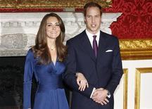<p>Принц Уильям Уэльский и его невеста Кэйт Миддлтон в Лондоне 16 ноября 2010 года. Принц Уильям Уэльский женится на Кэйт Миддлтон в пятницу, 29 апреля 2011 года в Вестминстерском аббатстве в Лондоне, сообщили представители Уильяма. REUTERS/Suzanne Plunkett</p>