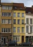 <p>Дом (посередине) в Антверпене, где полиция проводила обыски 23 ноября 2010 года. Полиция нескольких европейских стран арестовала во вторник по меньшей мере 10 человек, подозреваемых в подготовке теракта в Бельгии, сообщила прокуратура страны. REUTERS/Thierry Roge</p>